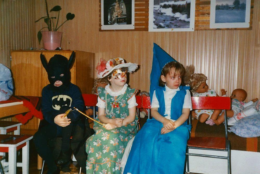Hajni, a tavasztündér középen, egy csálé Batman és egy sírós királylány által szegélyezve